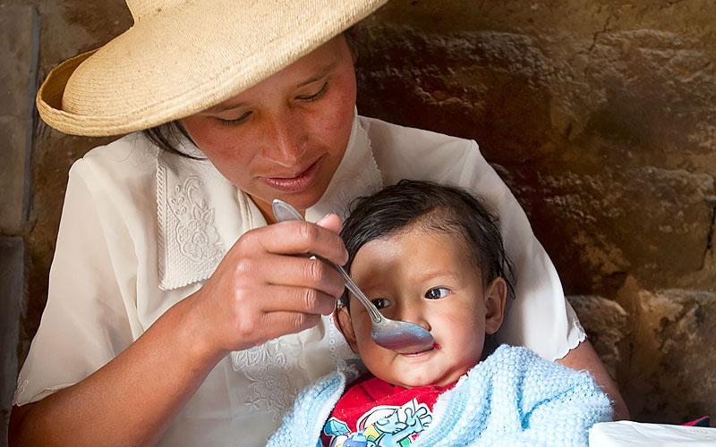 Madre alimentando a niño